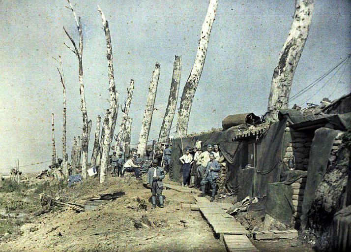 Lignes françaises au Het Sas, arbres mutilés (militaires français, abris bâchés, sacs de sable, lampe tempête)
