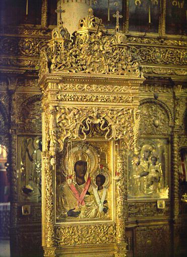 Iconostase en bois sculpté : icône de la Vierge à l'Enfant surmontée d'un dais de métal précieux