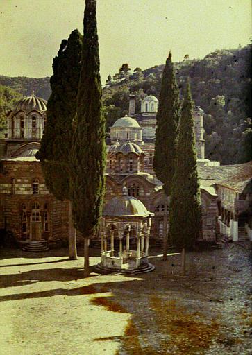 Le Katholicon et la phiale sous coupole (1784) entourée de cyprès, le refectoire à droite
