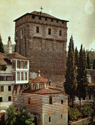 Bâtiments d'habitation et une chapelle dans la cour du monastère, dominée par la tour Saint-Savas