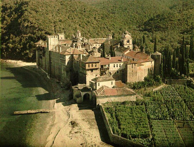 Vue plongeante sur le monastère