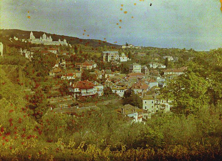 Au premier plan le village et au fond le monastère de Saint-André