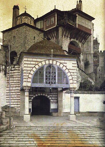 Entrée du monastère et les bâtiments qui le surplombent