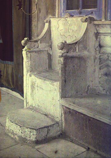 Siège de pierre dans le exonarthex : à droite de la porte d'entrée du Katholicon