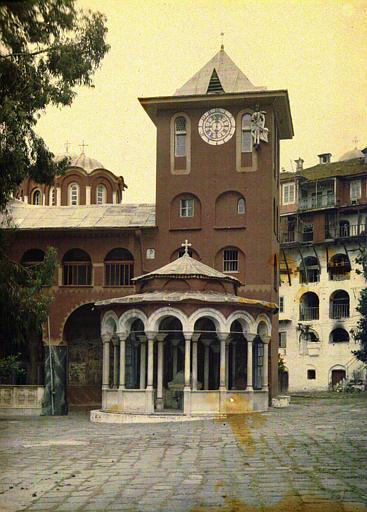 Le Katholicon, vue d'ensemble avec la tour de l'horloge et la phiale (sous coupole)