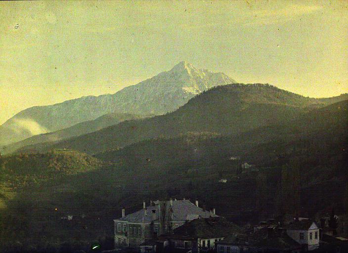 Vue sur le Mont Athos d'une colline, des habitations au premier plan (konaki)