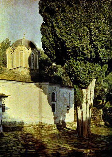 Détail d'un monastère : chapelle et arbre dans la cour