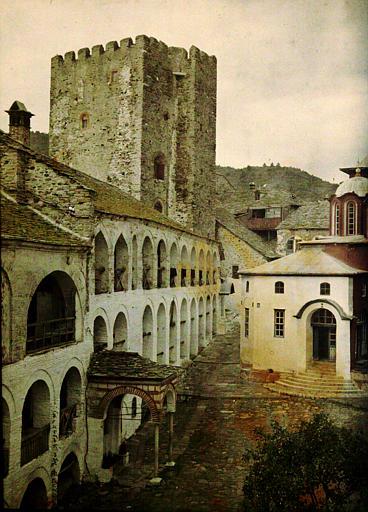 Vue sur la cour et la tour du monastère