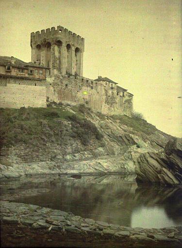 Arsenal du monastère, vue (contre plongée) prise  du  bord de la mer