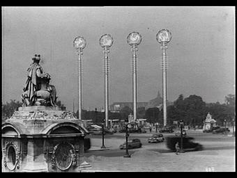 Oeuvre de Paul Bigot (grand prix de Rome en 1900) symbolise les Arts (Pégase), la ville de Paris (nef), la France (coq gaulois) et les techniques (Vulcain)