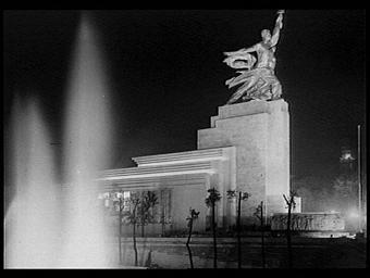 Groupe sculpté : L'Ouvrier et la Kolkhosienne; illuminations