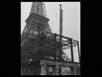 Construction au pied de la Tour Eiffel