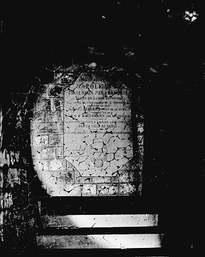 Vue intérieure d'une galerie : plaque commémorative napoléonienne (Haussmann)