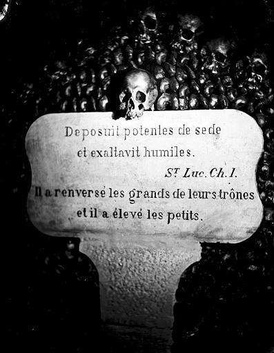 Vue intérieure d'une galerie : stèle avec une citation de saint Luc