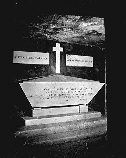 Vue intérieure d'une galerie : tombeau de Gilbert