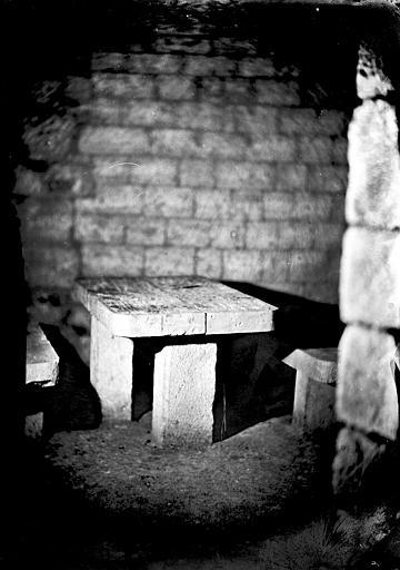 Vue intérieure d'une galerie : mobilier en pierre