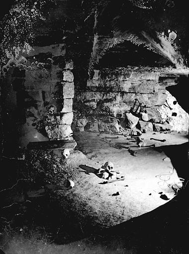 Vue intérieure d'une salle : crânes sur le sol