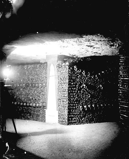 Vue intérieure d'un angle de galeries : murs d'ossements