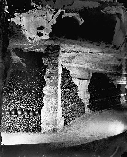 Vue intérieure, angle de galeries, murs d'ossements