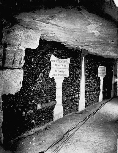 Intérieur d'une galerie : murs d'ossements (cimetière de Vaugirard)