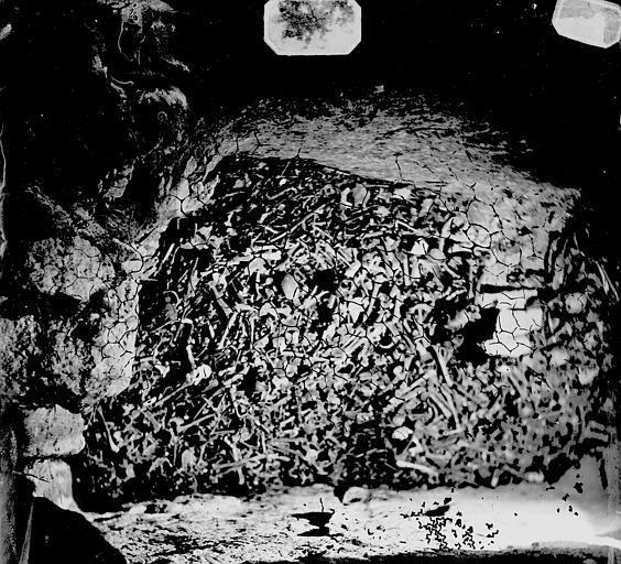 Vue intérieure d'une galerie : dépôt d'ossements