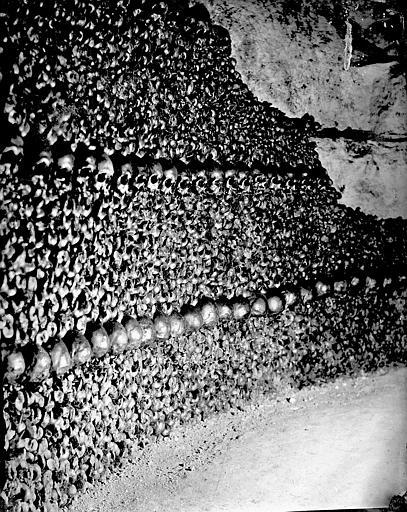 Vue intérieure d'une galerie, murs d'ossements