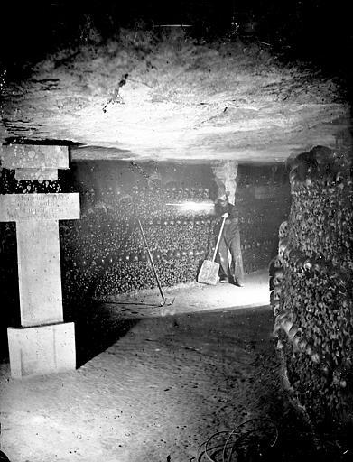Vue intérieure d'une galerie : murs d'ossements (reconstitution avec un mannequin)