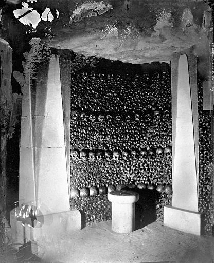 Vue intérieure d'une galerie: murs d'ossements