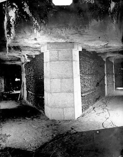 Vue intérieure, angle de galeries : murs d'ossements