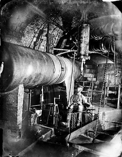 Vue intérieure d'une galerie : machinerie (reconstitution avec un mannequin)