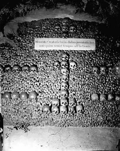 Vue intérieure d'une galerie : mur d'ossements
