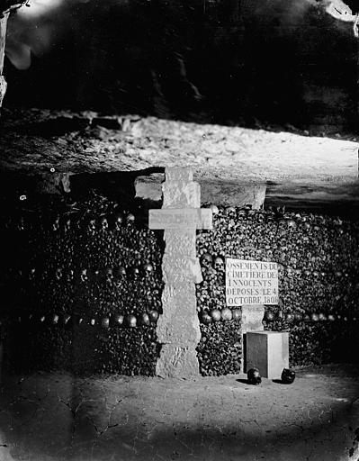 Vue intérieure d'une galerie : murs d'ossements (cimetière des Innocents)