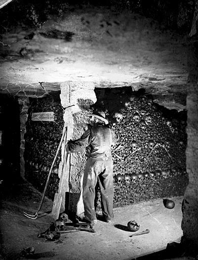 Vue intérieure, angle de galeries : murs d'ossements (reconstitution avec un mannequin)