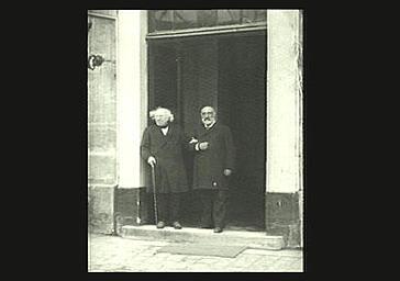 Chevreul et son fils devant le portail d'un bâtiment