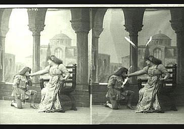 Sarah Bernhardt et Mlle Seylor dans 'Gismonda'