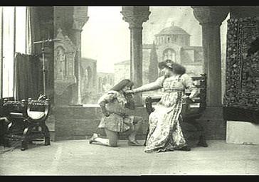 Sarah Bernhardt et Mlle Seylo dans 'Gismonda'