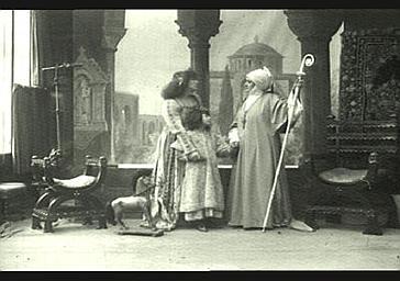 Mlle Deschamps, Sarah Bernhardt et Mlle Grandet dans 'Gismonda'