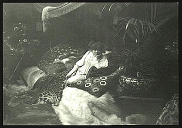 Sarah Bernhardt dans le salon de son hôtel particulier