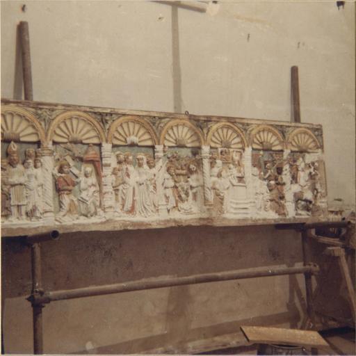 Retable à panneau compartimenté restauré en 1972, en cours de restauration