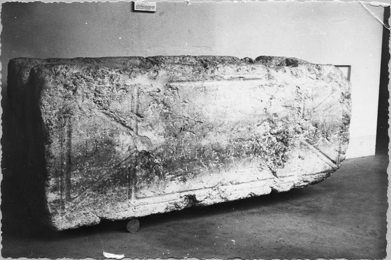 Sarcophage de Bellius Atticianus Victorius, pierre, vue d'ensemble de la face par la gauche