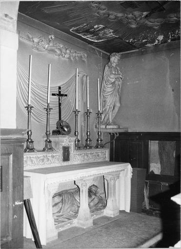 Autel avec Christ gisant, coeur en cuivre, crucifix