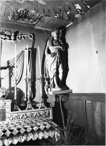 Vue de trois chandeliers et statue Christ aux liens polychrome, décor de plâtre ou stuc au mur