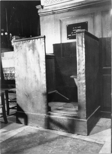 Chaire du catéchisme en bois recouverte de métal