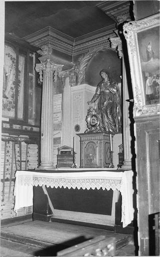 Vue de l'autel, du tabernacle, sorte de retable formé de deux pilastres et de deux colonnes cannelées, reliquaire rond sur le tabernacle, statue de sainte philomène en bois doré, 19e siècle