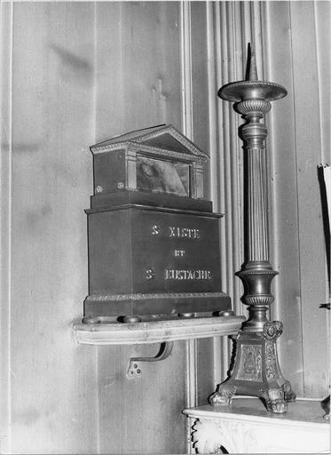 Décor et mobilier de la chapelle Saint-Jean-Baptiste (autel, tabernacle, statue, 2 reliquaires, chandelier, confessionnal, lambris de revêtement)