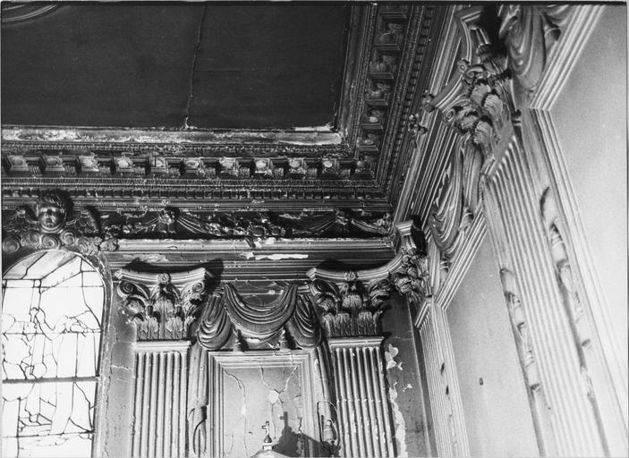 Chapelle de la Vierge, moulures du plafond et pilastres cannelés à chapiteaux corinthien du mur