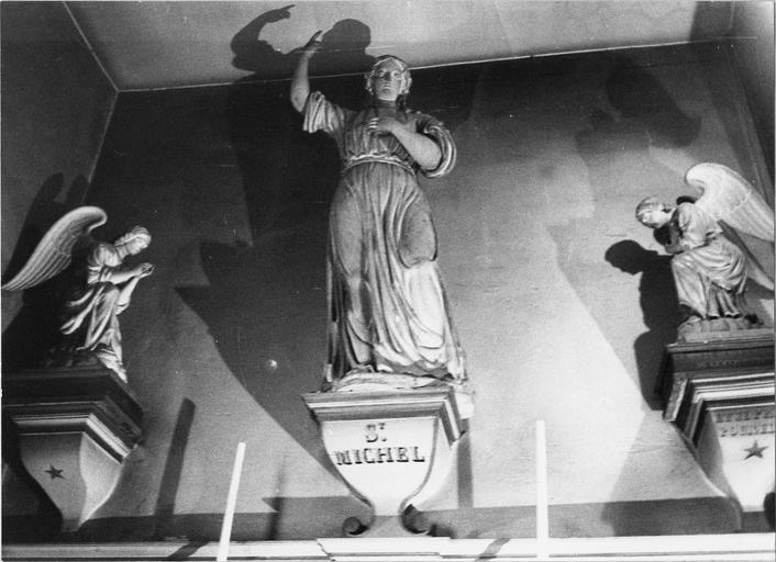 Statue de saint Michel et deux anges adorateurs
