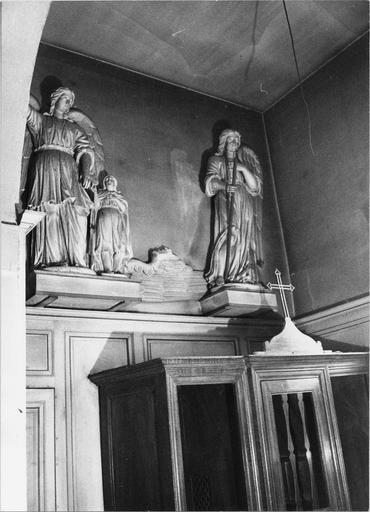 Statues d'un ange gardien et de l'archange Gabriel (aile cassée) et partie haute du confessionnal en bois, 19e siècle