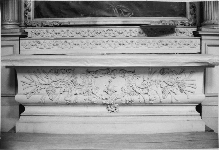 Autel  d'un cartouche central et de motifs végétaux dont des grappes de raisin et des épis de blé, 17e siècle, chapelle nord