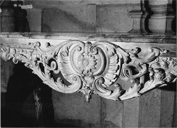 Crédence, bois doré et plateau de marbre, époque Louis XV, détail du médaillon central
